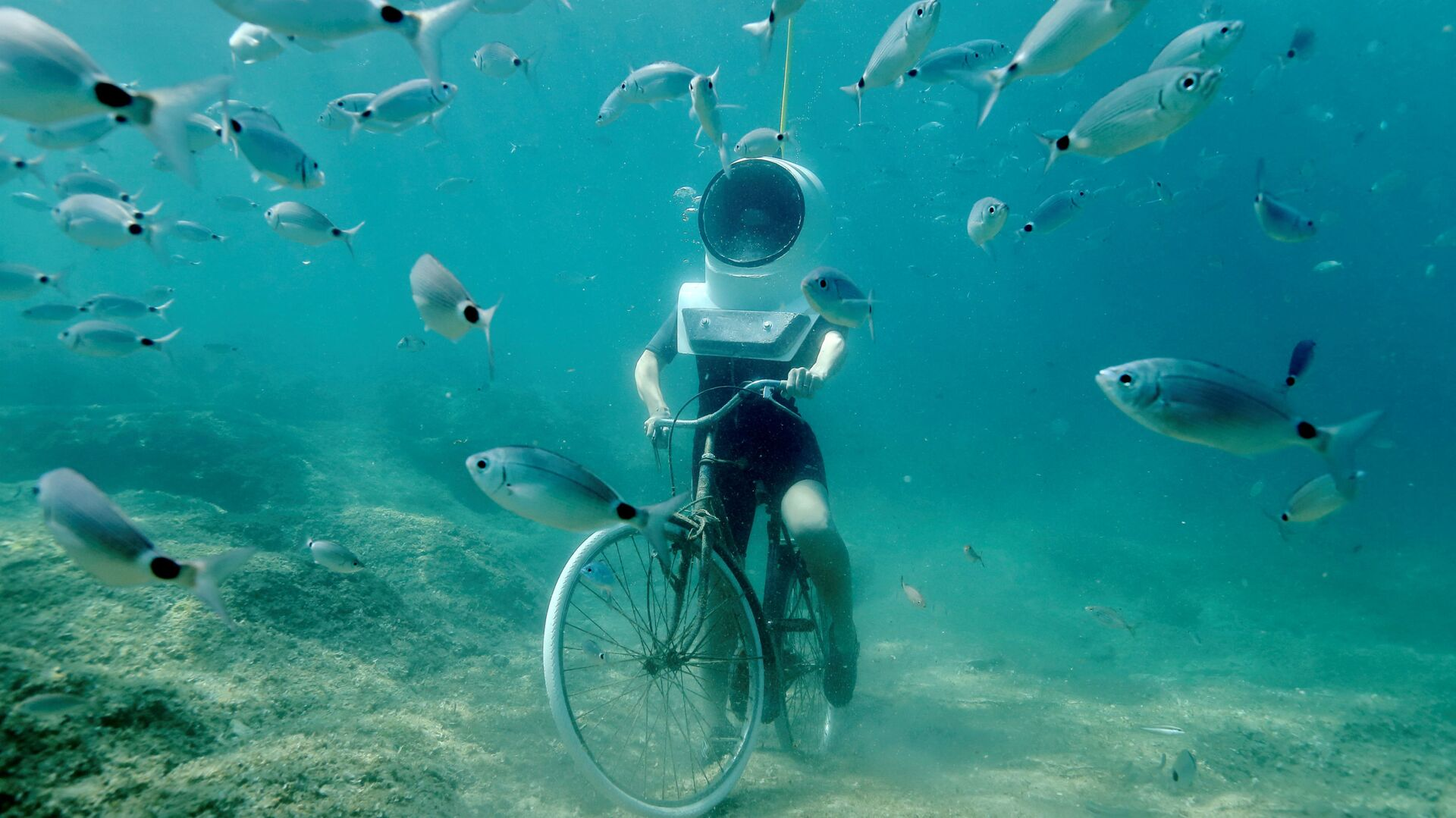 Žena na kole v Podvodním parku v Pule, Chorvatsko - Sputnik Česká republika, 1920, 08.08.2021