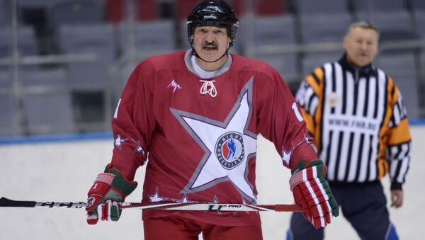 Běloruský prezident Alexandr Lukašenko hraje hokej - Sputnik Česká republika