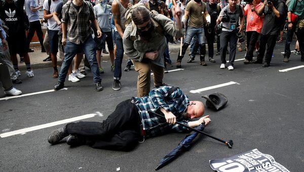 Cтолкновения сторонников и противников ультраправых организаций в центре Шарлоттсвилля, США - Sputnik Česká republika