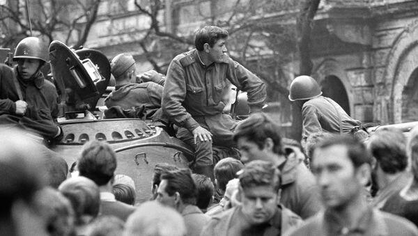 Sovětské tanky v ulicích Prahy v roce 1968 - Sputnik Česká republika