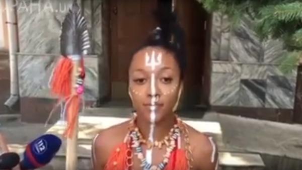 V Kyjevě aktivistka Femen přišla k výslechu v kostýmu domorodce a s kopím - Sputnik Česká republika