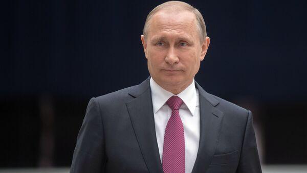 Президент РФ Владимир Путин отвечает на вопросы журналистов после ежегодной специальной программы Прямая линия с Владимиром Путиным в Гостином дворе - Sputnik Česká republika