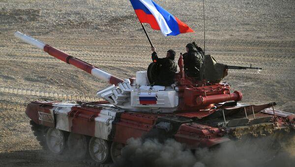 Tank ruského armádního týmu ve finálové štafetě soutěže v tankovém biatlonu Armádních mezinárodních her 2017 na polygonu Alabino, Moskevská oblast - Sputnik Česká republika