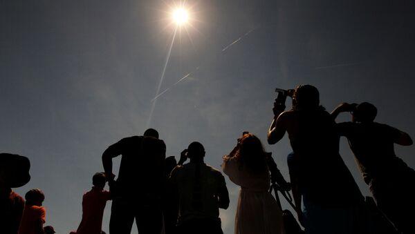 Lidé sledují zatmění Slunce v Hopkinsville, Kentucky, 21. srpna 2017. - Sputnik Česká republika