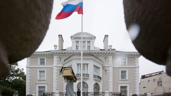 Americký policista stojí na balkóně budovy ruského obchodního zastoupení ve Washingtonu - Sputnik Česká republika