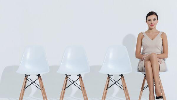 Žena sedí na židli - Sputnik Česká republika