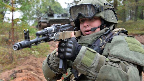 Voják během cvičení Západ 2017 - Sputnik Česká republika