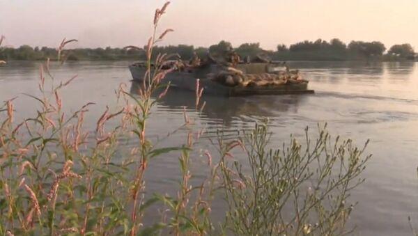 Útok na řeku Eufrat syrskou armádou. Video - Sputnik Česká republika