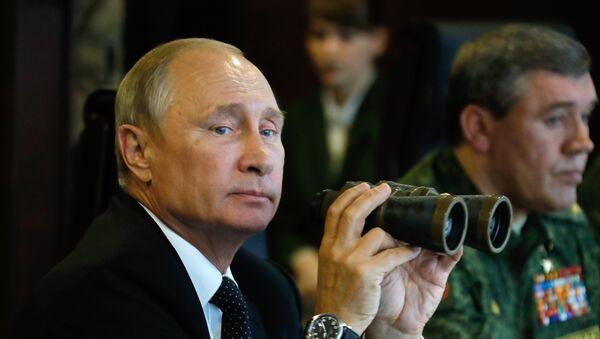 Vladimir Putin na cvičení Západ 2017 - Sputnik Česká republika