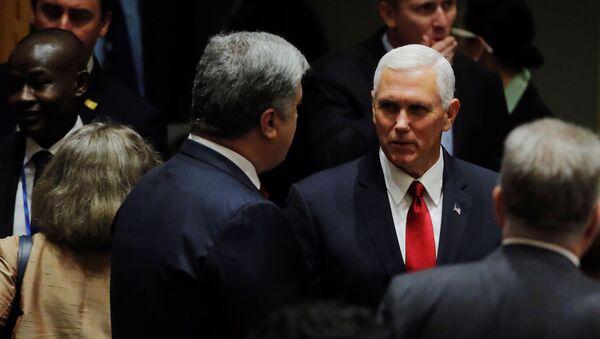 Americký viceprezident Mike Pence a ukrajinský prezident Petro Porošenko - Sputnik Česká republika