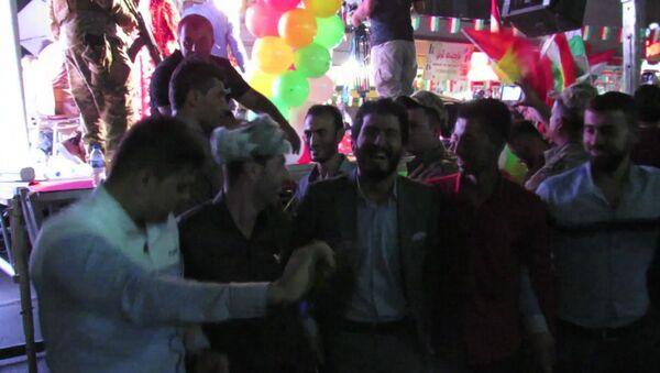 Tance s vlajkami a ohňostroj: Kurdové v Arbílu oslavili referendum - Sputnik Česká republika