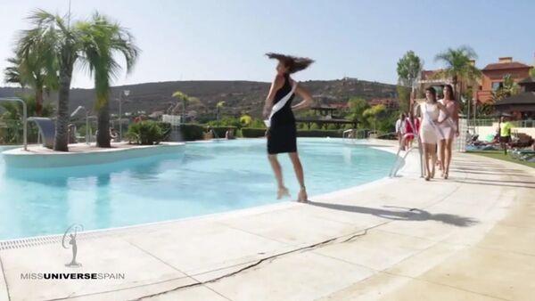 Účastnice Miss Španělsko při přehlídce spadla do bazénu - Sputnik Česká republika