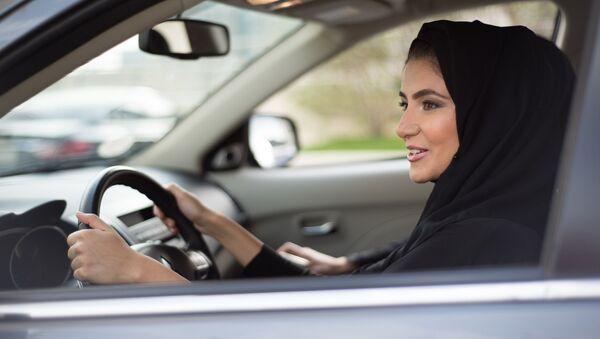 Žena v hidžábu za volantem - Sputnik Česká republika