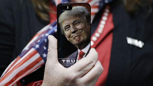 Telefon s vyobrazením Donalda Trumpa - Sputnik Česká republika