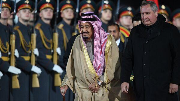 Salmán bin Abd al-Azíz al Saúd a Dmitrij Rogozin na moskevském letišti Vnukovo - Sputnik Česká republika