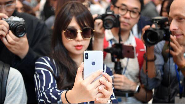 Dívka se smartphonem iPhone X - Sputnik Česká republika