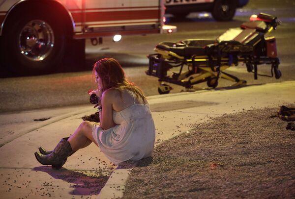 Žena na místě, kde došlo ke střelbě u kasina Mandalay Bay v Las Vegas - Sputnik Česká republika