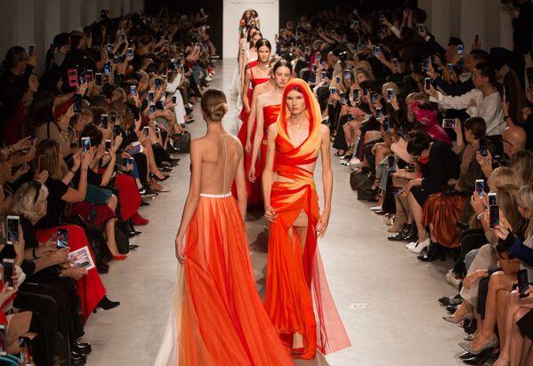 Modelky na přehlídce nové kolekce návrháře Valentina Judaškina na týdnu módy v Paříži - Sputnik Česká republika
