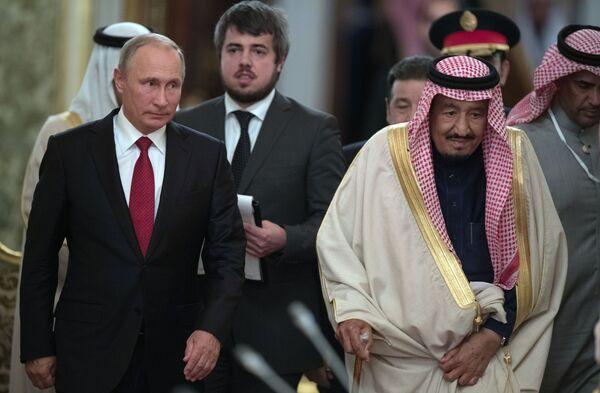 Ruský prezident Vladimir Putin a král Saudské Arábie Salmán bin Abd al-Azíz během společného setkání v Moskvě - Sputnik Česká republika