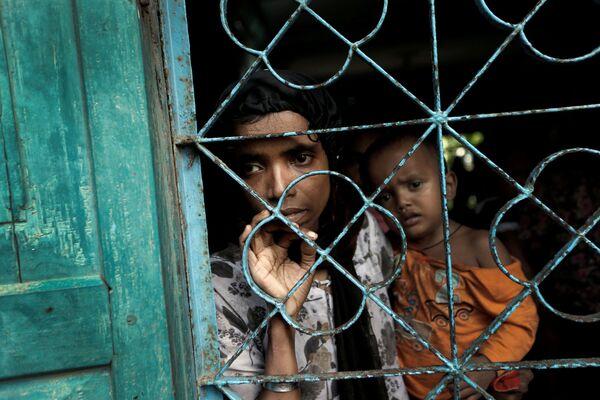 Rohingští uprchlíci čekají na přesun do dočasného tábora ve městě Cox's Bazar v Bangladéši - Sputnik Česká republika