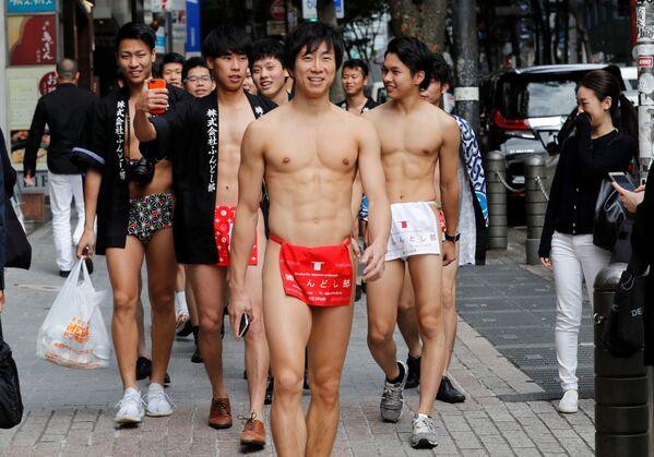 Japonci v tradičním spodním prádle fundoši během akce sběru odpadu na ulicích japonského Tokia - Sputnik Česká republika