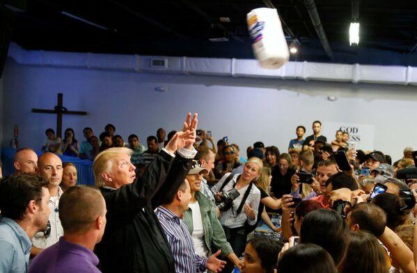Americký prezident Donald Trump hází do davu papírové utěrky v San Juanu, Portoriko - Sputnik Česká republika