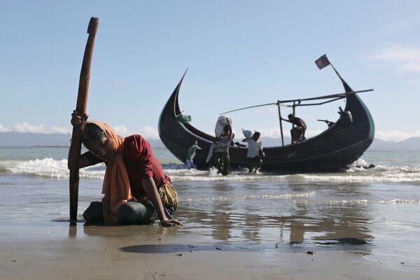Rohingští uprchlíci po vylodění na břehu města Teknaf, Bangladéš - Sputnik Česká republika