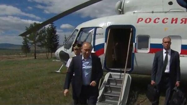 Putin z vrtulníku provedl inspekci výstavby obydlí pro pohořelce na Sibiři - Sputnik Česká republika