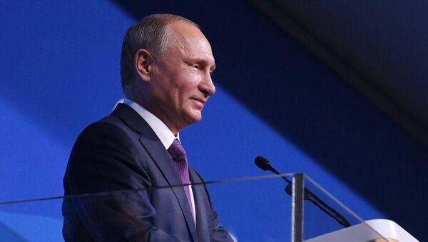 Ruský prezident Putin vystupuje na slavnostním zahájení Světového festivalu mládeže a studentstva - Sputnik Česká republika