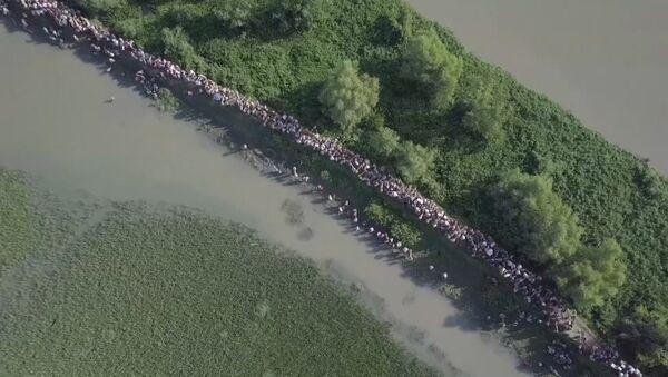 Dron natočil tisíce Rohingyů uprchlíků na hranici Myanmaru a Bangladéše. Video - Sputnik Česká republika
