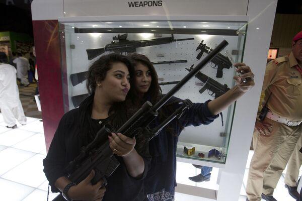 Посетительницы на международной оборонной выставке IDEAS в Пакистане - Sputnik Česká republika