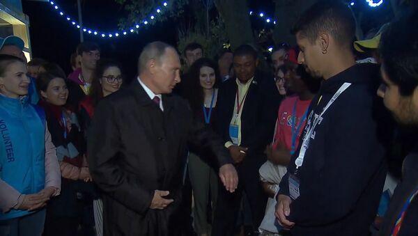 Putin dovolil studentům, aby ho na setkání se studenty v Soči štípnuli. Video - Sputnik Česká republika