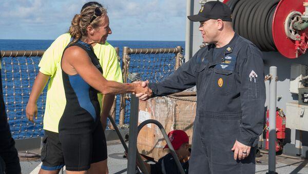 Obyvatelky Havaje Jennifer Appelová a náčelník velení lodě vojenského námořnictva USA Gary Wise - Sputnik Česká republika