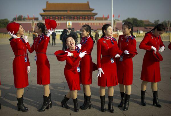 Hostesky během zahájení 19. sjezdu Komunistické strany Číny v Pekingu - Sputnik Česká republika