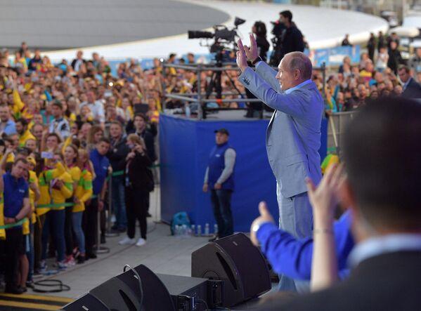 Ruský prezident Vladimir Putin vystupuje na show Rossia v rámci 19. světového festivalu mládeže a studentstva - Sputnik Česká republika