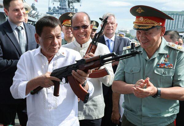 Filipínský prezident Rodrigo Duterte a ruský ministr obrany Sergej Šojgu si prohlíží AK-47 - Sputnik Česká republika