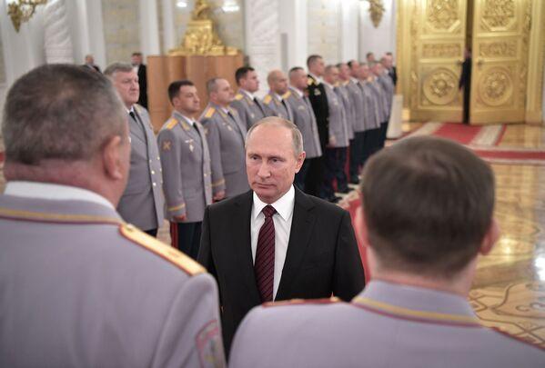 Ruský prezident Vladimir Putin během schůzky s vyššími důstojníky v Kremlu - Sputnik Česká republika