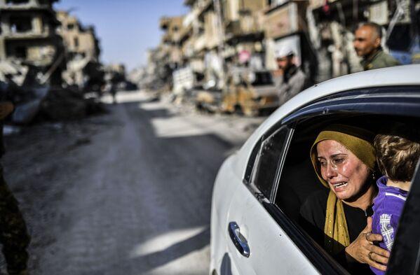 Žena po návratu do syrské Rakky - Sputnik Česká republika