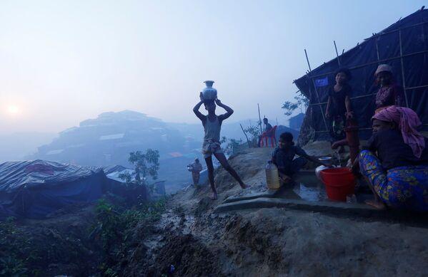 Rohindští uprchlíci si nabírají pitnou vodu u uprchlického táboru u města Koks Bazar, Bangladéš - Sputnik Česká republika