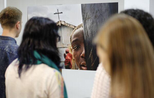 Návštěvníci na zahájení výstavy vítězů Mezinárodního konkurzu novinářské fotografie Andreje Stěnina v Krasnodaru - Sputnik Česká republika