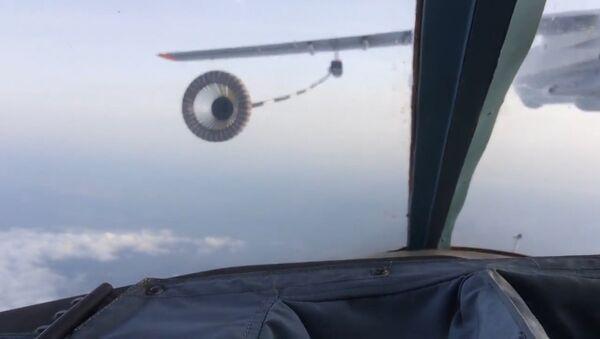 Práce mistrů: nejsložitější tankování za letu bombardérů Su-34 - Sputnik Česká republika