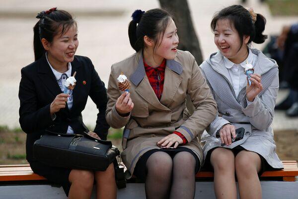 Slečny na lavičce v Pchjongjangu, KLDR - Sputnik Česká republika
