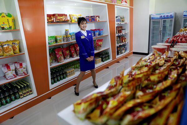 Prodavačka v potravinovém obchodě v Pchjongjangu, Severní Korea - Sputnik Česká republika