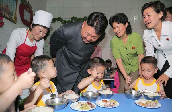 Lídr KDLR Kim Čong-un během návštěvy dětského domova v Pchjongjangu. - Sputnik Česká republika