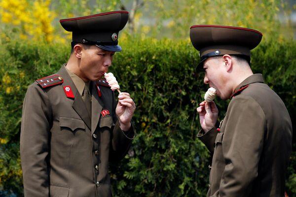Vojáci jedí zmrzlinu v Pchjongjangu, KLDR. - Sputnik Česká republika
