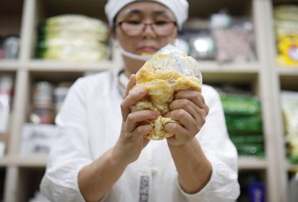 Severokorejská přeběhlice Hong Eun-hye ukazuje, jak Severokorejci dělají rýžový koláč, Soul, Jižní Korea. - Sputnik Česká republika