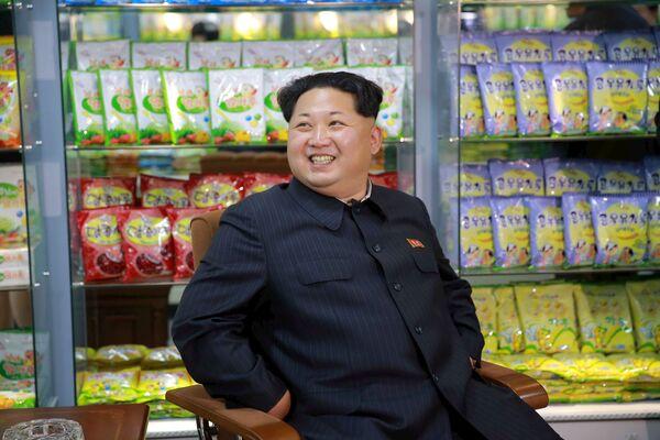 Lídr KLDR Kim Čong-un během návštěvy Dětského potravinového závodu v Pchjongjangu. - Sputnik Česká republika