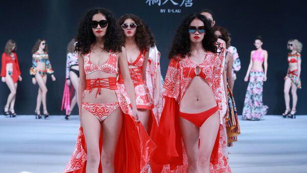Modelka na defilé kolekce E.Lau v rámci China Fashion Week v Pekingu - Sputnik Česká republika