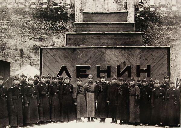 Hrobka vůdce: Leninovo mauzoleum na archívních záběrech - Sputnik Česká republika