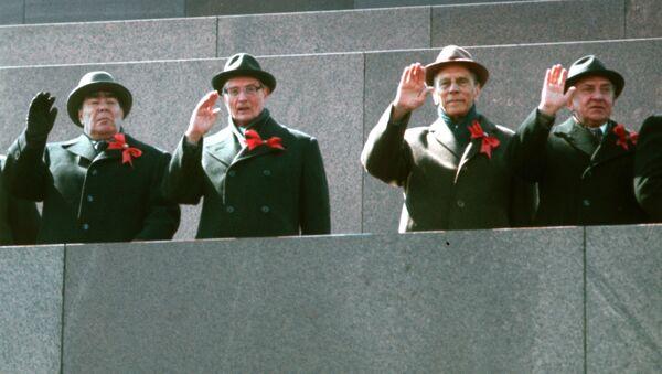 Vedoucí strany a vládní představitelé na stupních mausoleum v průběhu průvodu 1. května 1978 - Sputnik Česká republika